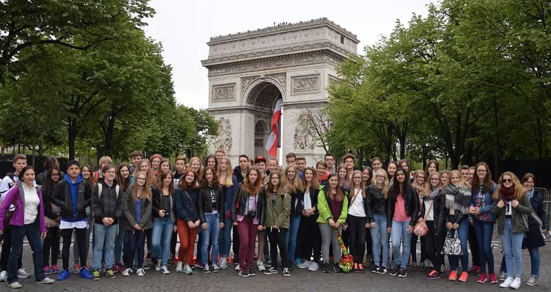 Regelmäßig fahren Lehrerinnen der Fachschaft Französisch mit Ihren Kursen nach Paris. Hier eine Gruppe der Jahrgangsstufe 9 im Frühjahr 2015.