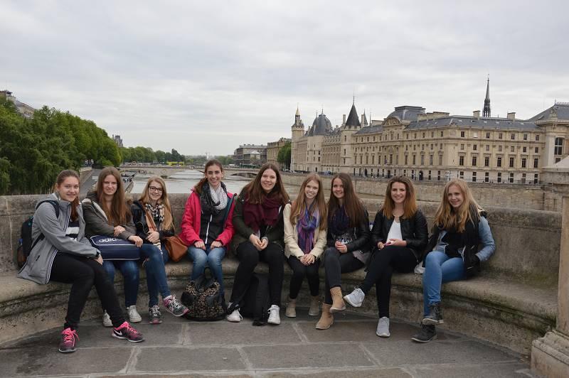 Die Anstrengungen eines Kurzbesuchs in Paris sieht man diesen Teilnehmerinnen gar nicht an.