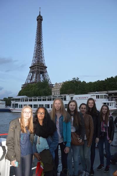 Nicht im Taxi, sondern im Reisebus fuhren unsere 9er in die Hauptstadt Frankreichs. Zur eintägigen Tour gehört natürlich ein Halt beim berühmtesten Pariser Wahrzeichen.