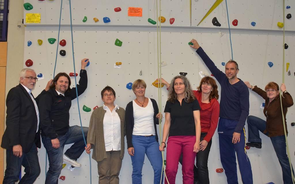 Die buchstäblich größte Errungenschaft unserer Schule im zu Ende gehenden Schuljahr: Der Vorstand des Fördervereins vor der neuen Kletterwand.