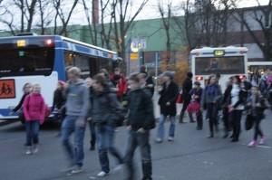 Jetzt auch von Drove aus: Linienbus setzt Schüler vor unserer Schule ab.