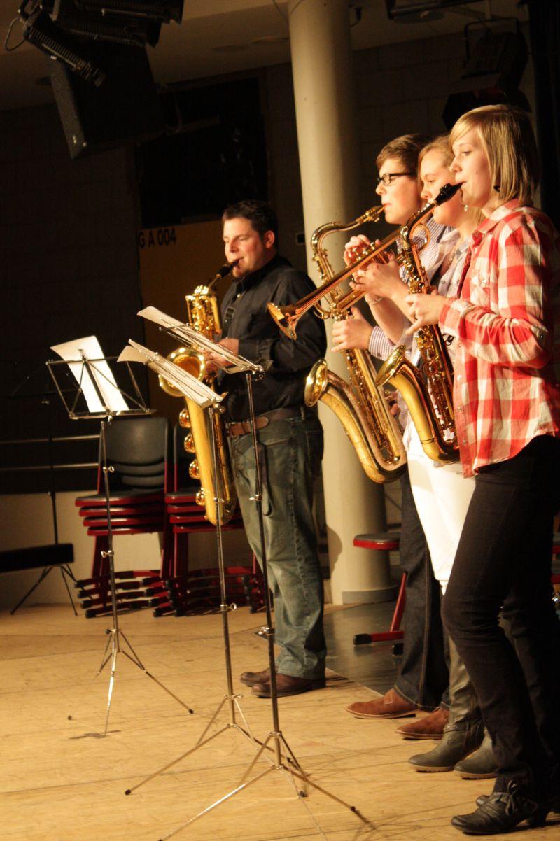 Schüler und Lehrer gemeinsam auf der Bühne. Das Bläserensemble brachte das Publikum sogar zum Mitsingen.