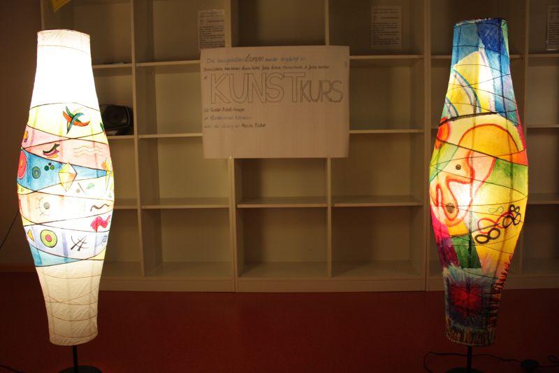 Die dezente Beleuchtung stellten Teilnehmer eines Kunstkurses für die Kinder-Bibel-Gruppe aus dem Pfarrheim Kreuzau. Sie hatte die Lampen angeleitet von Marita Böhm bemalt.