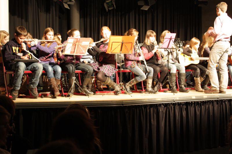 ...als auch schon Schüler unserer Musikklasse im Jahrgang 6 mit Musiklehrer Christian Ebbertz das Konzert eröffneten.