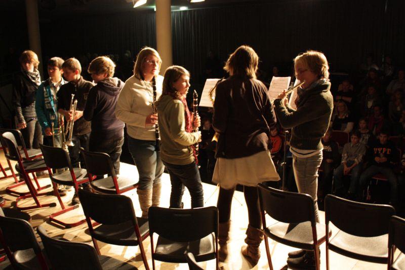 Schülerinnen und Schüler der Musikklasse 7b stimmen ihre Instrumente.