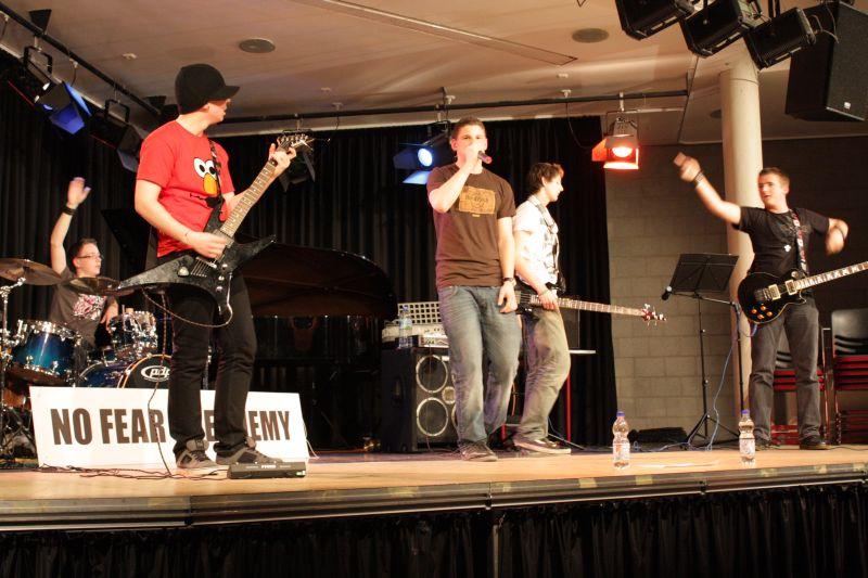 Die Band besteht mehrheitlich aus Schülern des Burgau-Gymnasiums. Allein Frontmann Brüggen vertritt das Gymnasium Kreuzau unter den Rockern. Seit zwei Jahren probt die Band in der aktuellen Besetzung.