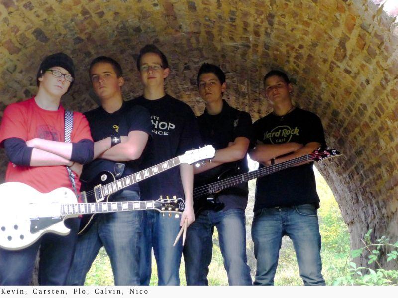 No Fear The Enemy ist eine Punk & Alternative-Rock Band, bestehend aus Nico Brüggen (17, Vocals), Carsten Laßka (18, Gitarre), Florian Kirschbaum (16, Drums), Calvin Becker (16, Bass) und Kevin Postir (17, Gitarre).