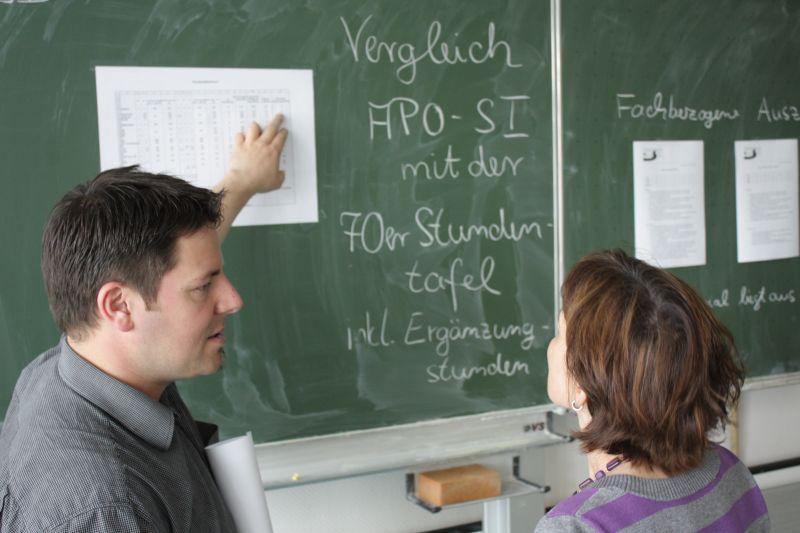 Vor ihrer Entscheidung für den einjährigen Testlauf mit 70-Minuten-Stunden hatten sich die Lehrerinnen und Lehrer ausführlich über das Für und Wider ausgetauscht. Ähnlich wird es vor der endgültigen Entscheidung des Kollegiums über die Zukunft des neuen Zeitplans am 18. Mai laufen.
