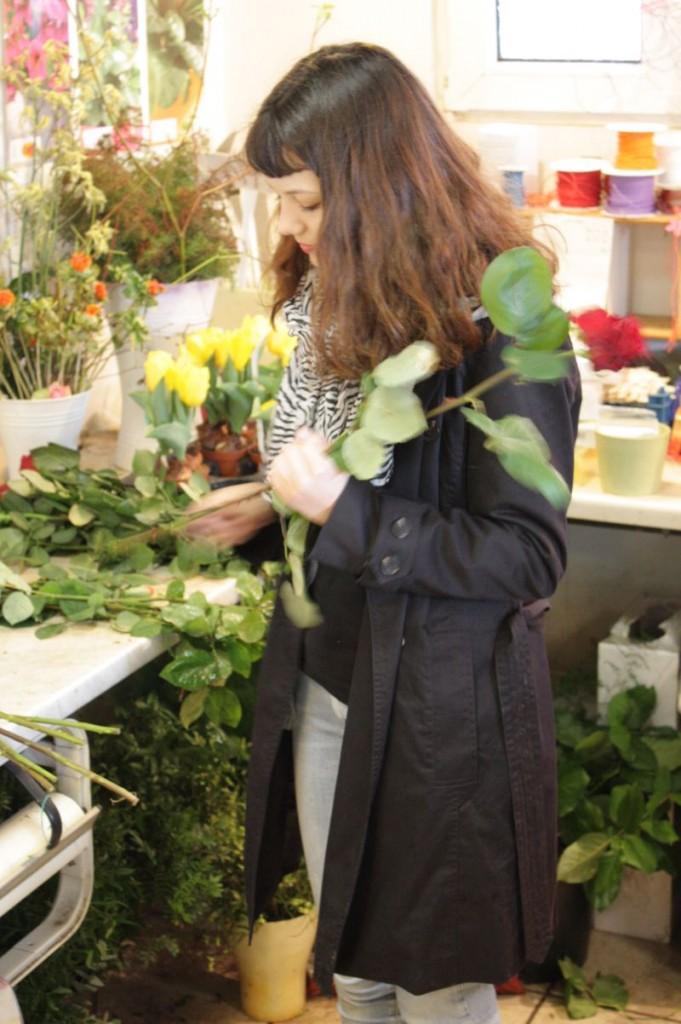 Lara Vetter beschneidet Rosen an ihrem ersten Tag in einem Kreuzauer Geschäft für Blumen und Dekoration.