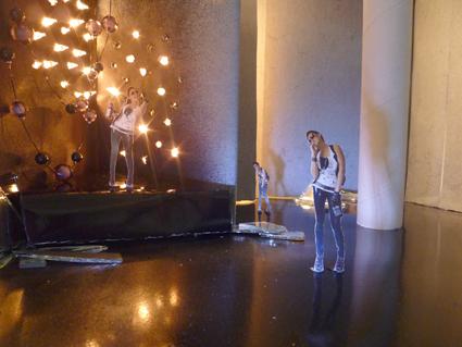 Sabine Epp vor künstlichem Sternenhimmel im Fotostudio der Kunstakademie Heimbach.