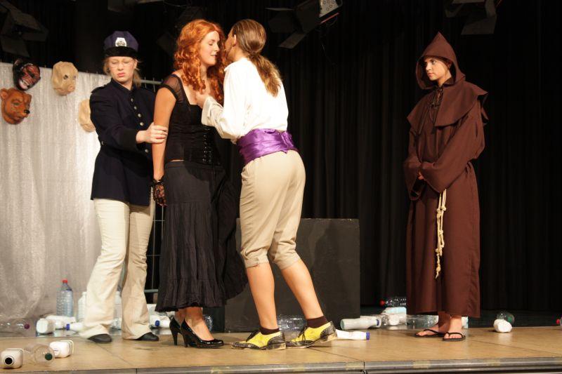 """Zuletzt standen die Teilnehmer eines unserer Literaturkurse mit dem Stück """"Macht - Liebe - Tod"""" auf der Bühne im Forum."""