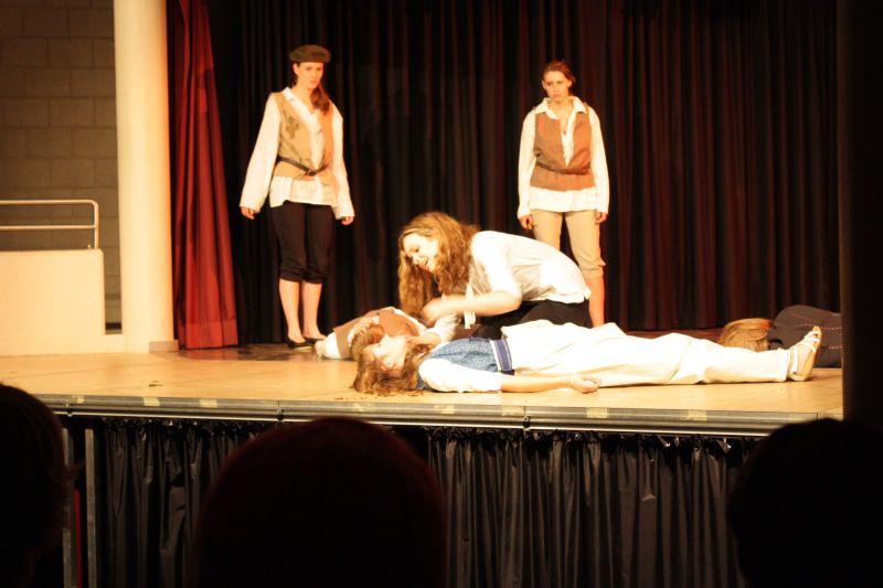 Maren Schoppenhorst betrauert in der Rolle des Königs Lear den Tod seiner Tochter.