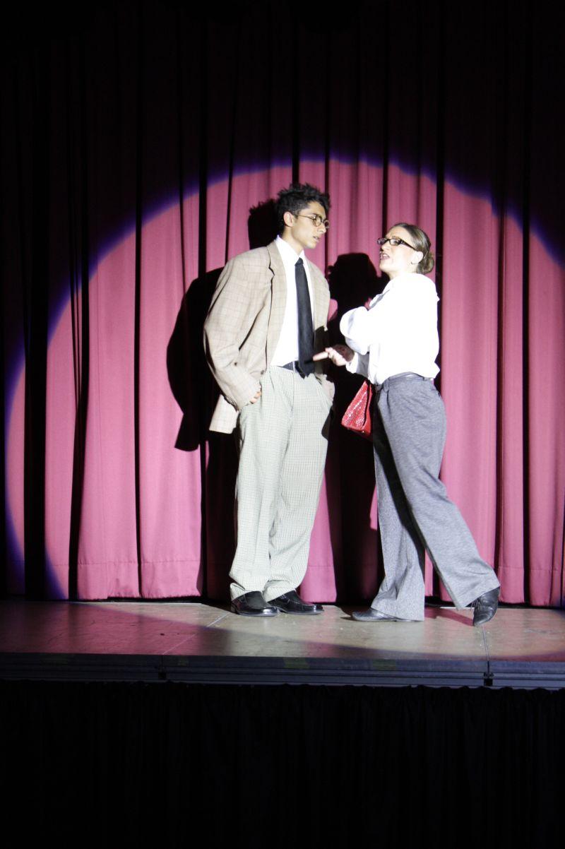 """Melanie Katterbach versucht in """"Bullets over Broadway"""" als Verlegerin des Theaterautors David Shayne, ihren Schützling von einer untalentierten Schauspielerin zu überzeugen."""