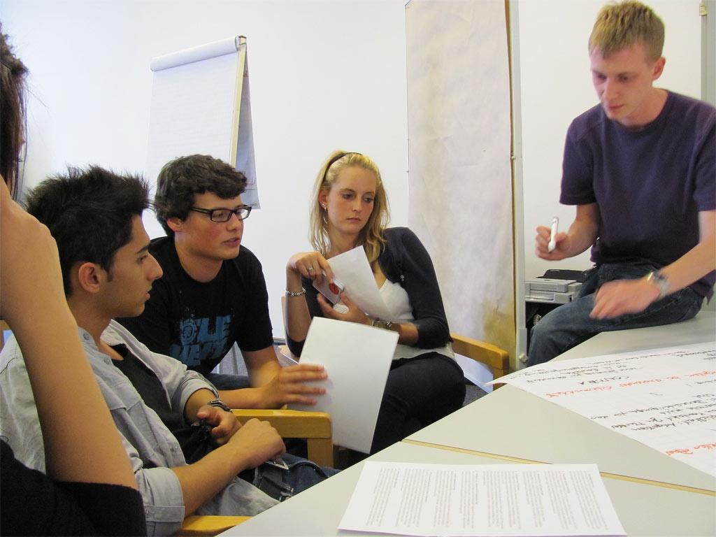 In Gruppen diskutierten unsere Oberstufenschüler, ob die Auswahl von Embrionen vor der Übertragung in die Gebärmutter für sie in Ordnung ist oder nicht.