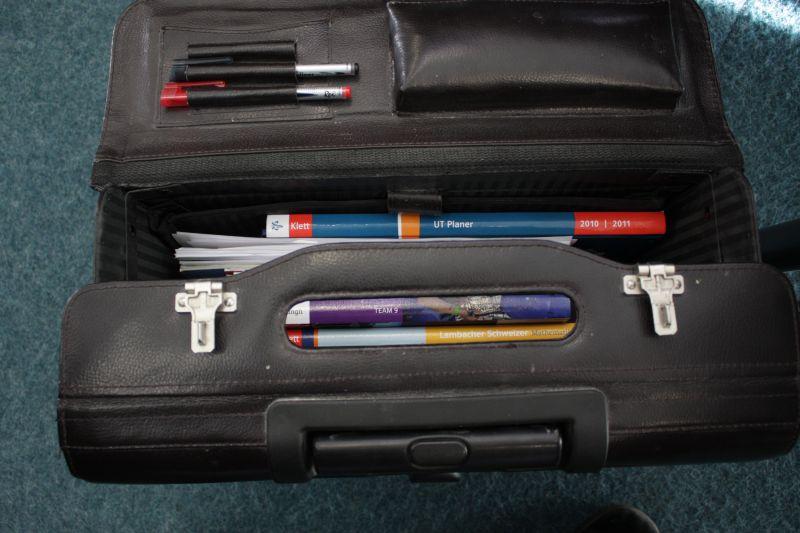 Tasche packen - Lehrer und Schüler bereiten sich jetzt gleichermaßen auf das neue Schuljahr vor.