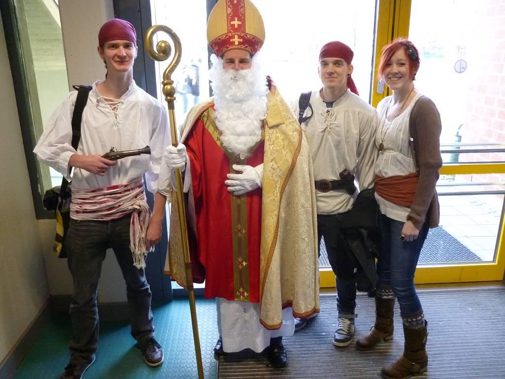 """Der 6. Dezember war der Tag der Verkleidungen: Der Nikolaus trifft die Verkäufer der neuen Schülerzeitungsausgabe mit dem Titelthema """"Piraten""""."""