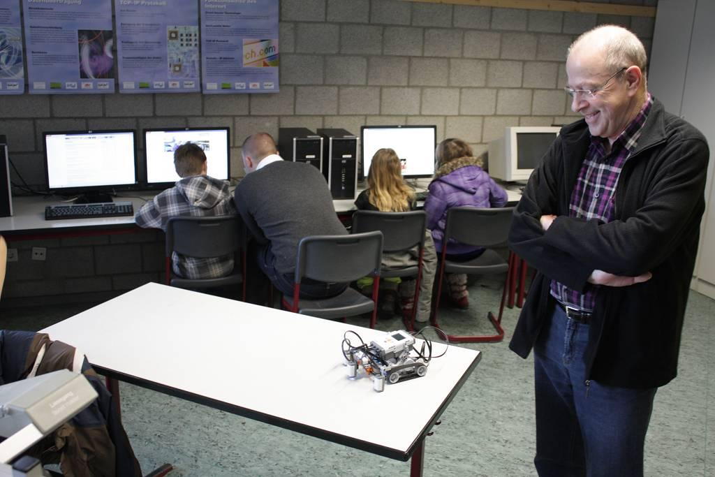 Seit kurzem können unsere Physik- und Informatiklehrer diese programmierbaren Roboter im Unterricht einsetzen. Im Hintergrund recherchieren Ralley-Teilnehmer im Internet.