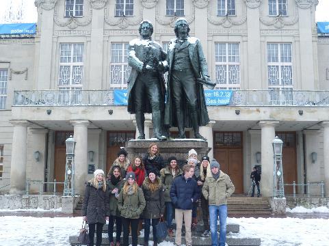Vor dem Goethe-Schiller-Denkmal auf dem Theaterplatz