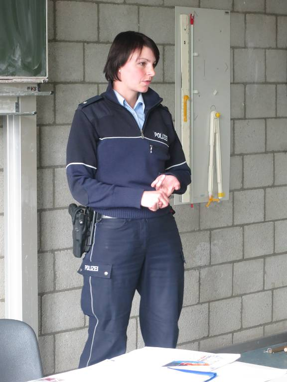 Polizistin Simone Schröder berichtete von ihrer Arbeit gegen Gewaltverbrechen auf Dürens Straßen.