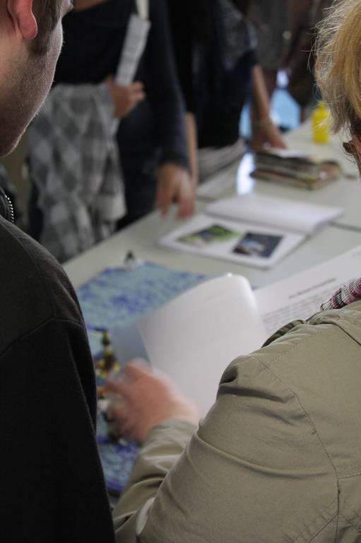 Kunstwerke und weitere Arbeitsergebnisse unserer Schülerinnen und Schüler stellt die Fachschaft Kunst beim Schulfest aus.