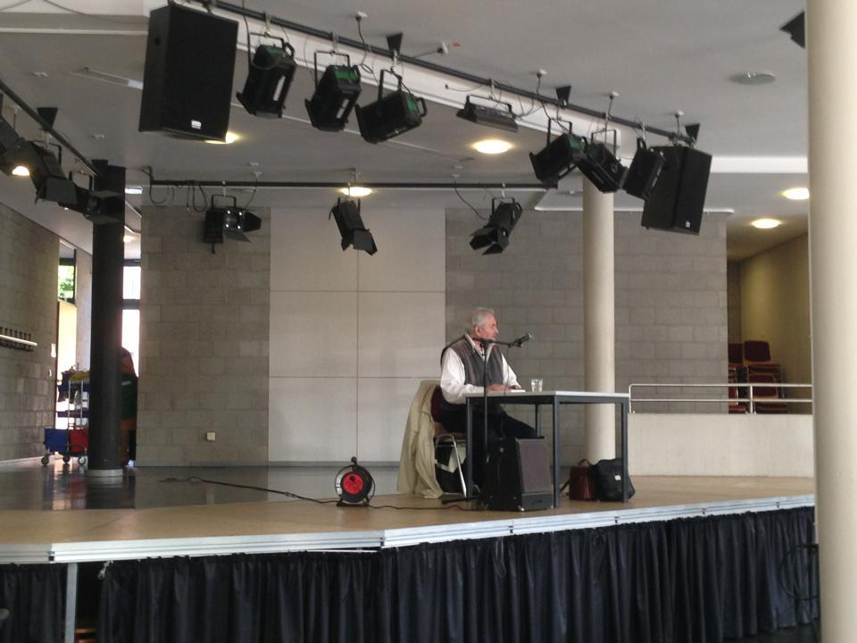 Helmut Clahsen gelang in Sekunden, was Lehrer manchmal 70 Minuten lang nicht schaffen: Völlige Stille seines aufmerksamen Publikums.