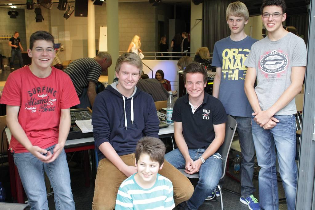 Das Technik-Team ist eine Arbeitsgemeinschaft, die zum Beispiel bei Theateraufführungen im Forum Musik und Beleuchtung steuert.