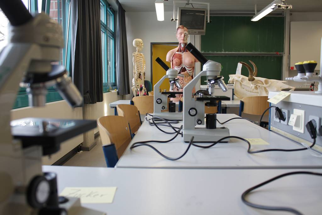 Auch unsere gut ausgestatteten naturwissenschaftlichen Fachräume werden offen stehen.