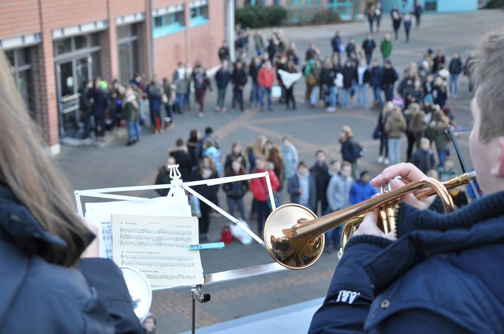 Die Brass-AG spielt traditionell am Tag vor den Weihnachtsferien ein Platzkonzert.