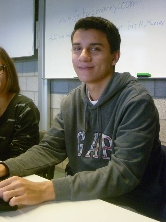 Enrico Klug-Beraldi bei der Arbeit an seinem Artikel für die Schülerzeitung.