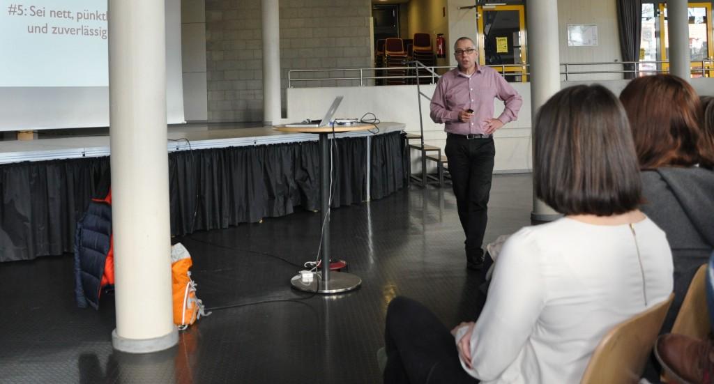"""""""Sei nett, pünktlich und zuverlässig"""" - auch solche Eigenschaften seien wichtig für Einsteiger in Medienberufen, erklärte Stefan Ostler seinen Zuhörern."""