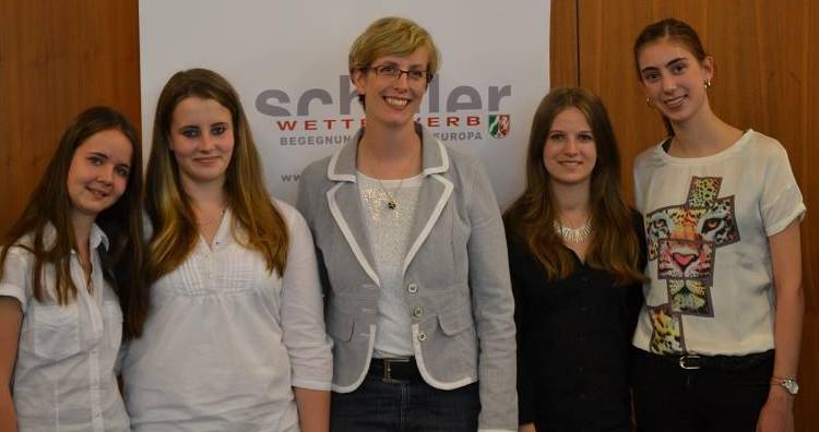 Unsere vier ausgezeichneten Schülerinnen mit ihrer Betreuerin Gerda Rubel.