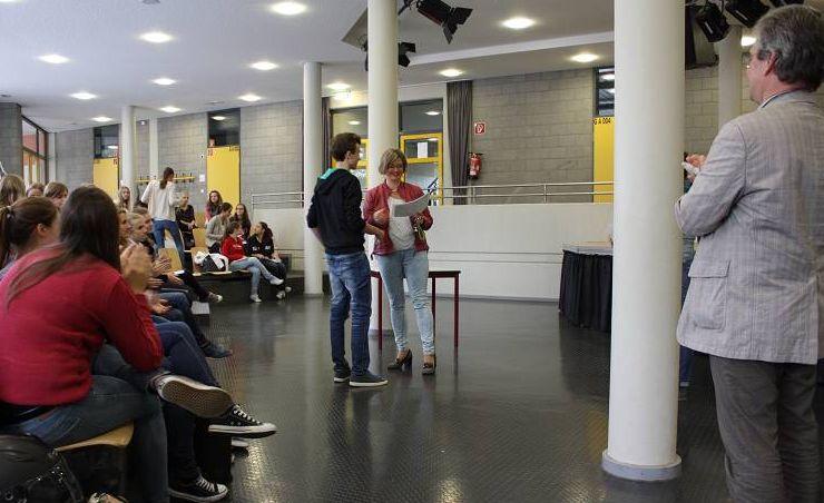 Schulleiter Wolfgang Arnold und die Fachschaft Französisch verliehen heute im Forum die Delf-Diplome an über 50 Schülerinnen und Schüler.