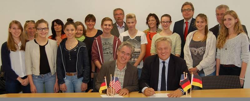 Landrat Wolfgang Spelthahn und unser Schulleiter Wolfgang Arnoldt unterzeichneten einen Vertrag über die Unterstützung unseres USA-Austauschs.