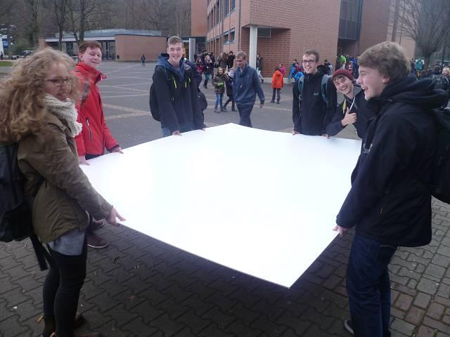 In der vergangenen Woche schafften Kunst-Leistungskurs-Schülerinnen und Unterstützer eine Menge Material heran.