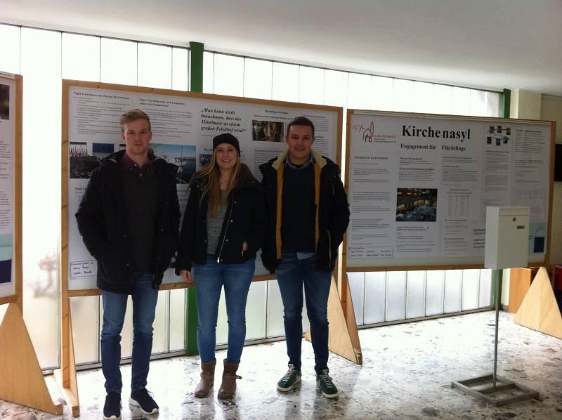 Stolz auf ihr Werk: Schülerinnen und Schüler der Jahrgangsstufe Q2 im Kreuzauer Rathaus.