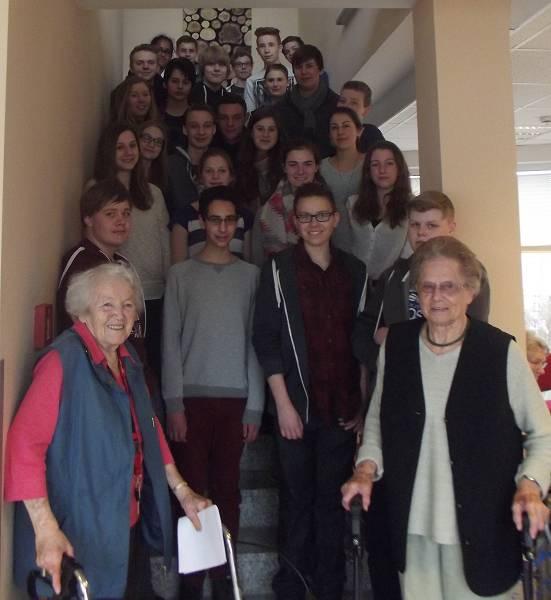 Schülerinnen und Schüler haben das Glück, Zeitzeugen zur nationalsozialistischen Diktatur und ihre Kriegserfahrungen befragen zu können. Die 9d hat sie genutzt.