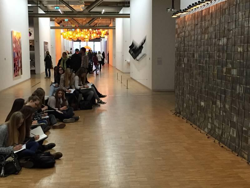 Studentenkneipe war abends - tagsüber vermehrten unsere Schülerinnen ihre Kunst-Expertise.