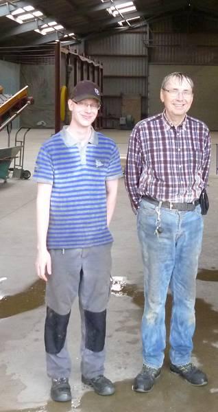Wer genau hinschaut erkennt, wie nass Lukas und Edmund Radmacher (rechts) bei ihrem Betriebsrundgang mit dem Geographie-Leistungskurs wurden - und es mit Humor nahmen.