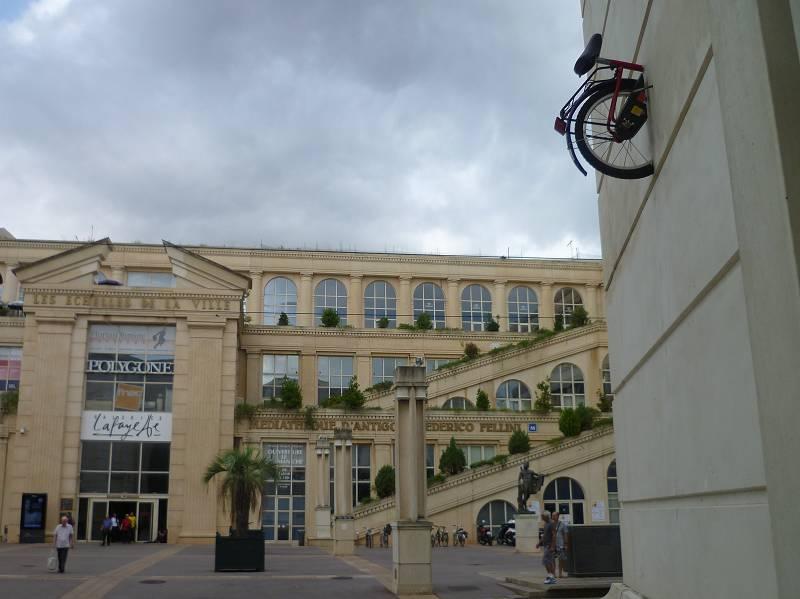 Vor der Galerie Lafayette in Montpellier: Was stimmt hier nicht...?