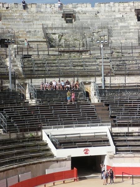 Vortrag in der Arena von Nimes: Jeden Tag gibt es Referate zu den Ausflugszielen.