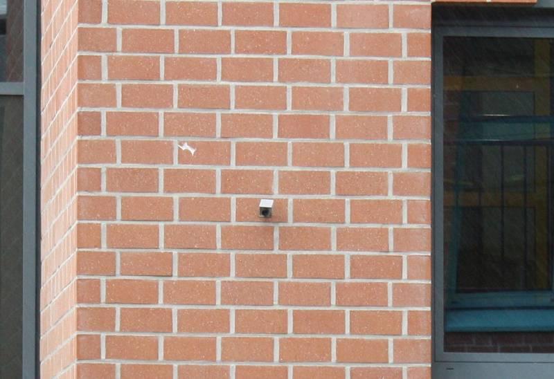 Und hier nochmal aus der Nähe: die Kamera überm Schulhof.