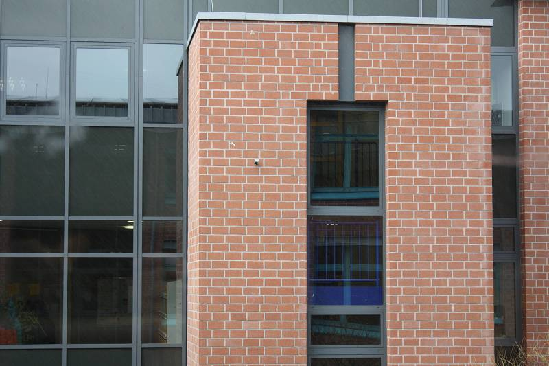Wer hat's entdeckt? Hier ist eine Kamera auf den Schulhof gerichtet.