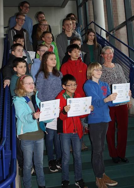 Die Preisträger der Mathematik-Olympiade im Kreis Düren 2015 mit Roswitha Steffen, die den Wettbewerb mitorganisiert und die Ehrung moderierte.