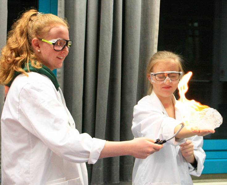 Auch Schülerinnen und Schüler zeigen Jüngeren, was im Unterricht alles möglich ist - zum Beispiel in Chemie.