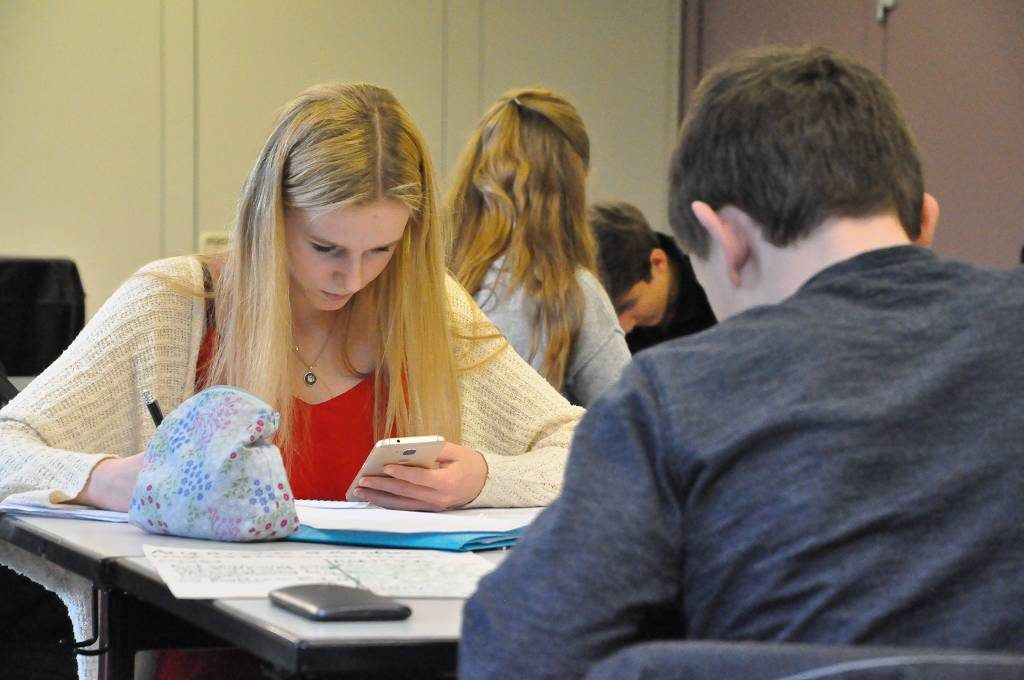 Konzentriert bereiteten sich die Teilnehmer des ersten Jugend-debattiert-Seminars am Gymnasium Kreuzau auf Übungsdebatten vor.