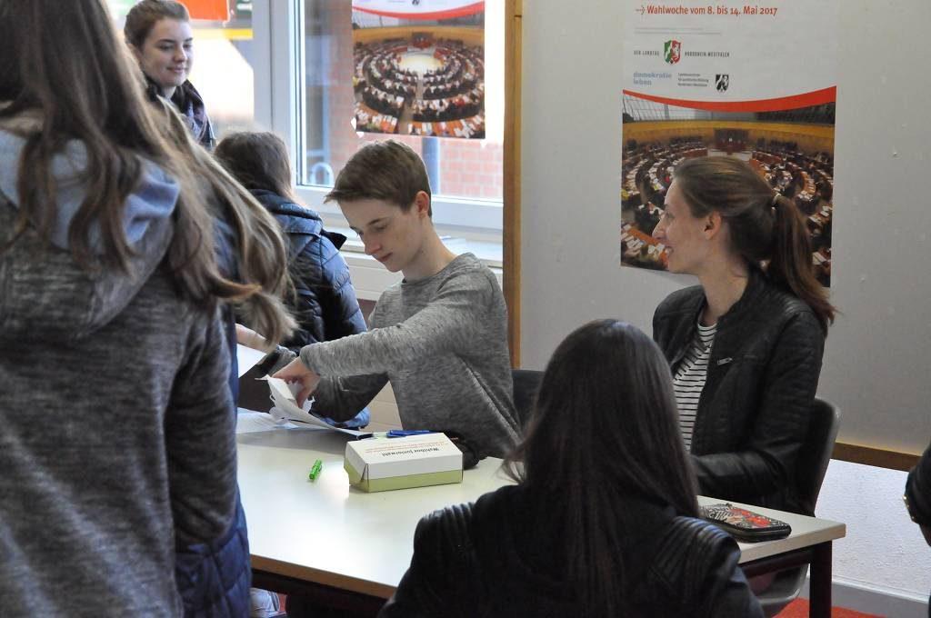 Je zwei Schüler aus der Klasse 9a agierten zuverlässig als Wahlvorstand, wenn Kurse oder Klassen zur Juniorwahl in die Mediothek kamen.