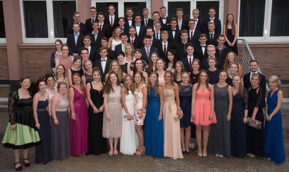 Strahlende Gesichter nach der Verleihung der Zeugnisse an den Abiturjahrgang 2017 vom Gymnasium Kreuzau