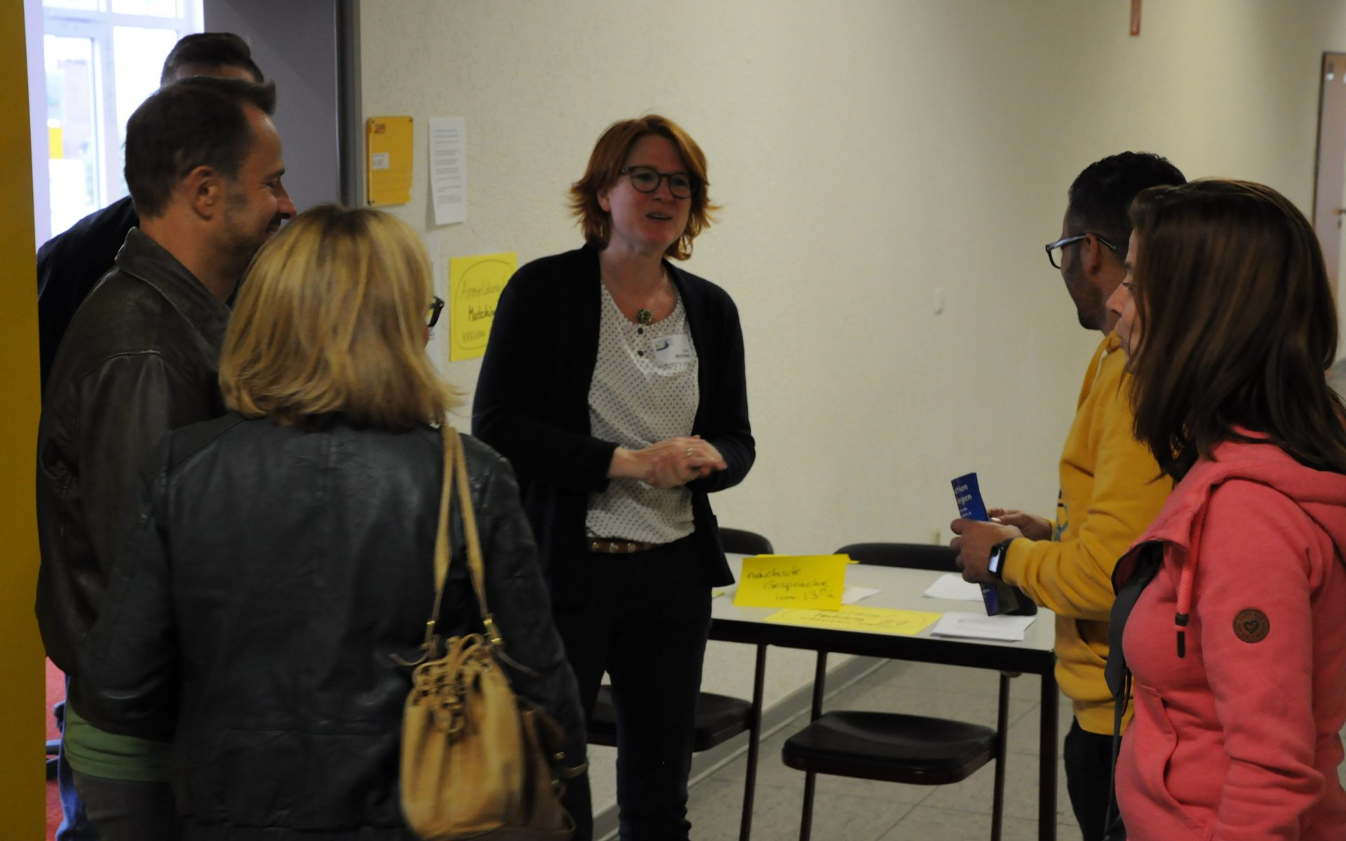 """Bei der Mitmach-Aktion """"Kreuzau spricht"""" führte Lehrerin Julia Mertens Gesprächspartner zusammen, die zu einer Entscheidungsfrage unterschiedliche Standpunkte vertraten."""