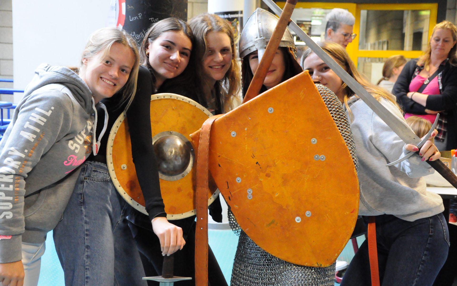 Wie schwer Waffen und Rüstung eines Ritters waren, konnten die Besucher am Samstag beim ersten Kulturtag am Gymnasium Kreuzau am eigenen Leib erfahren.
