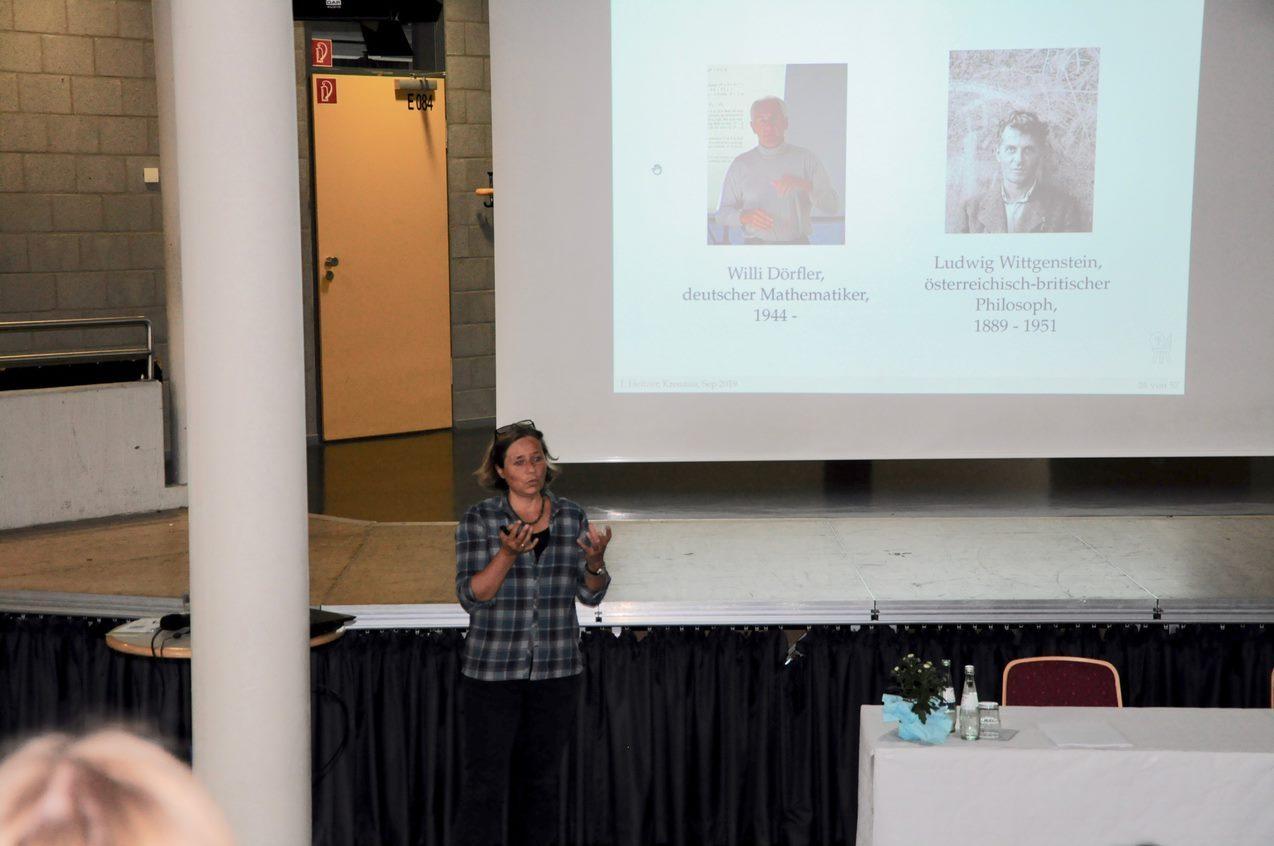 Die Universitätsprofessorin Johanna Heitzer von der RWTH Aachen sprach im Forum des Schulzentrums über die Frage, ob Mathematik eher eine Geistes- oder eine Naturwissenschaft ist.